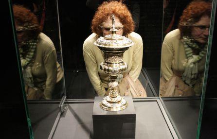 Una mujer contempla la Copa de Núremberg.