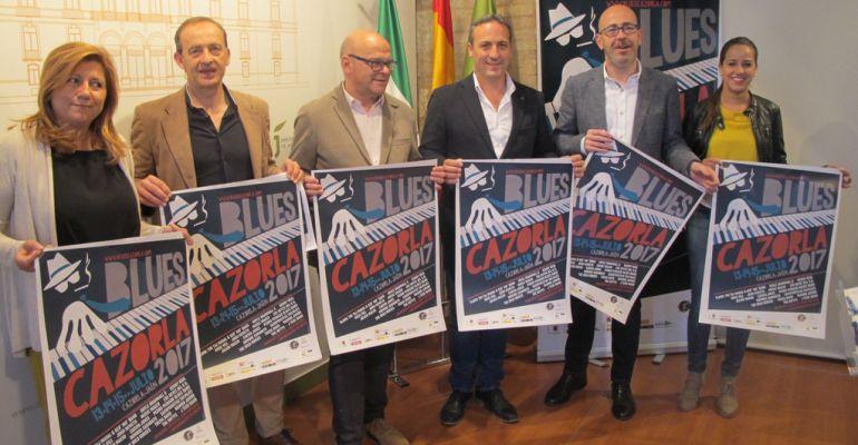 El alcalde de Cazorla, Antonio José Rodríguez, y el director del BluesCazorla, Carlos Espinosa (tercero y segundo por la derecha), junto a otras autoridades durante la presentación del festival.