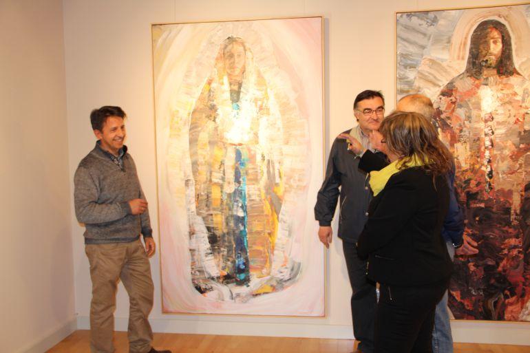 El pintor Mariano Carabias explica algunas de sus obras a varios concejales del Ayuntamiento