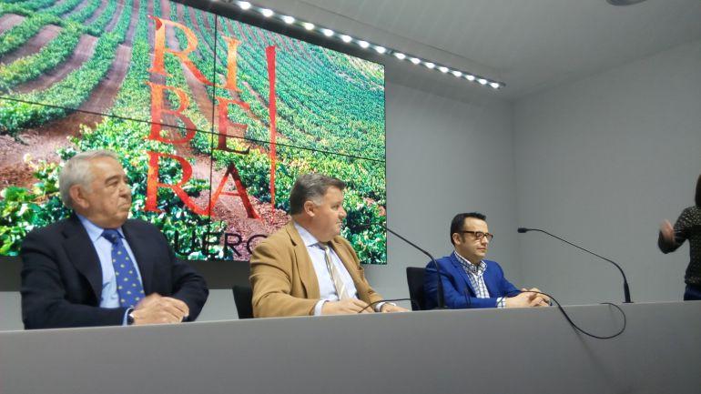 Enrique Pascual (centro), presidente del Consejo Regular Ribera del Duero, en el acto de presentación de la añada