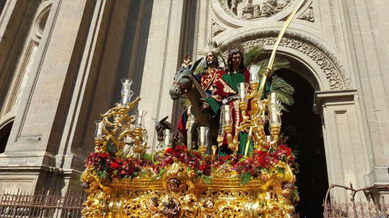La salida del Señor de la Borriquilla desde el interior de la Catedral ha sido una de las imágenes más especiales de este Domingo de Ramos