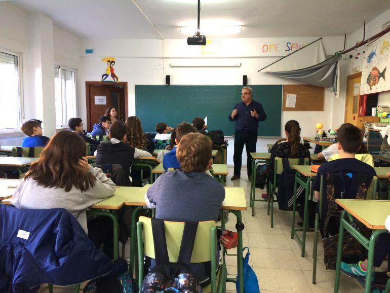 Alumnos y alumnas del IES López Neyra atendiendo las explicaciones de Pepe González Arenas , dentro del proyecto de Radio Agro Escuela