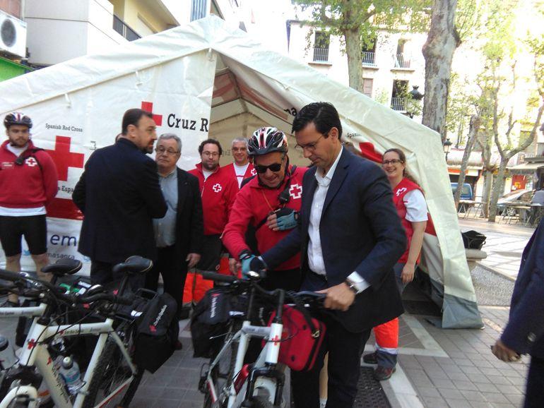 El alcalde de Granada visita la carpa de atención para la Semana Santa instalada por la Cruz Roja en la Plaza de la Trinidad