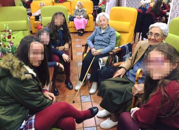 Las alumnas, en una residencia de ancianos.