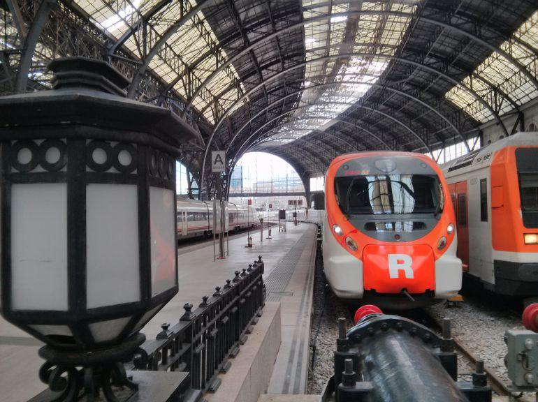Tren de Rodalies estacionat a l'estació de França de Barcelona