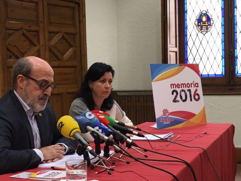 El director de Cáritas Asturias, Ignacio Alonso, y la secretaria general, Mariluz Baeza, durante la presentación