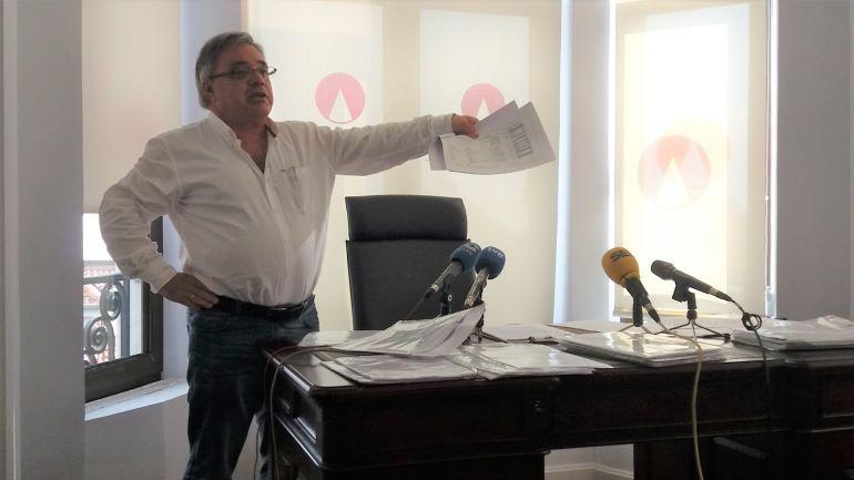Pedro Castillejo, en el despacho de su abogado, muestra los documentos que según él han sido filtrados para desprestigiarle.