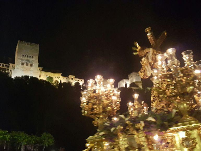 El Señor de la Amargura, durante el rezo de El Vía Crucis, a la altura del Paseo de los Tristes, con la Alhambra de fondo