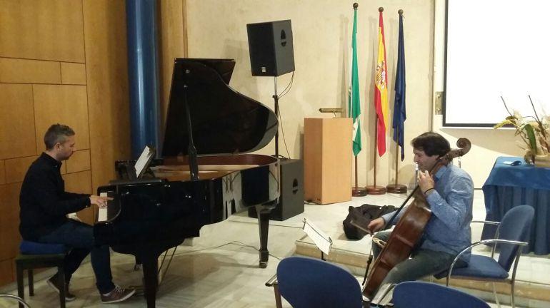 Al piano David López y al violonchelo José Carlos Roca ican en directo para  la Cadena SER