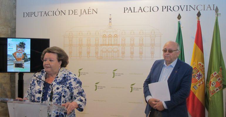 La vicepresidenta primera de la Diputación, Pilar Parra, y el alcalde de Carboneros, Domingo Bonillo, durante la presentación de los premios 'Corazón de Olavidia'.