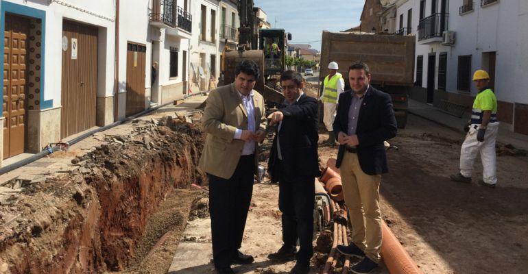 En el centro de la imagen el presidente de la Diputación ,Francisco Reyes, visitando las obras del colector de Marmolejo.