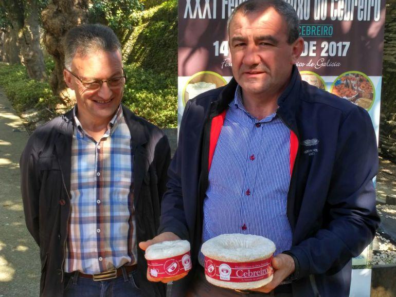 José Luís Raposo (izda.) y Darío Campos (der.) presentando la Feira do Queixo do Cebreiro
