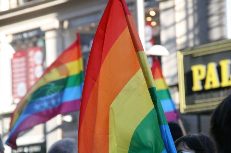 Banderas LGTB en la Gran Vía de Madrid