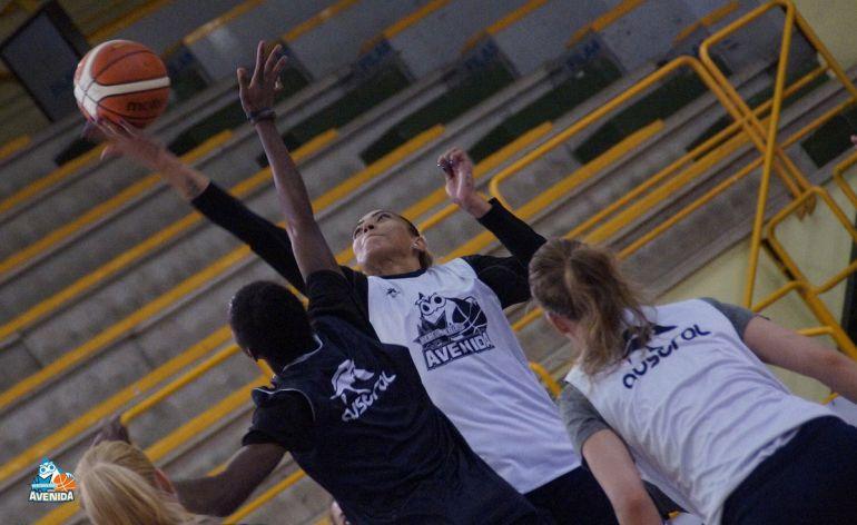 Erika de Souza pugna con Elonu en un balón en un entrenamiento.