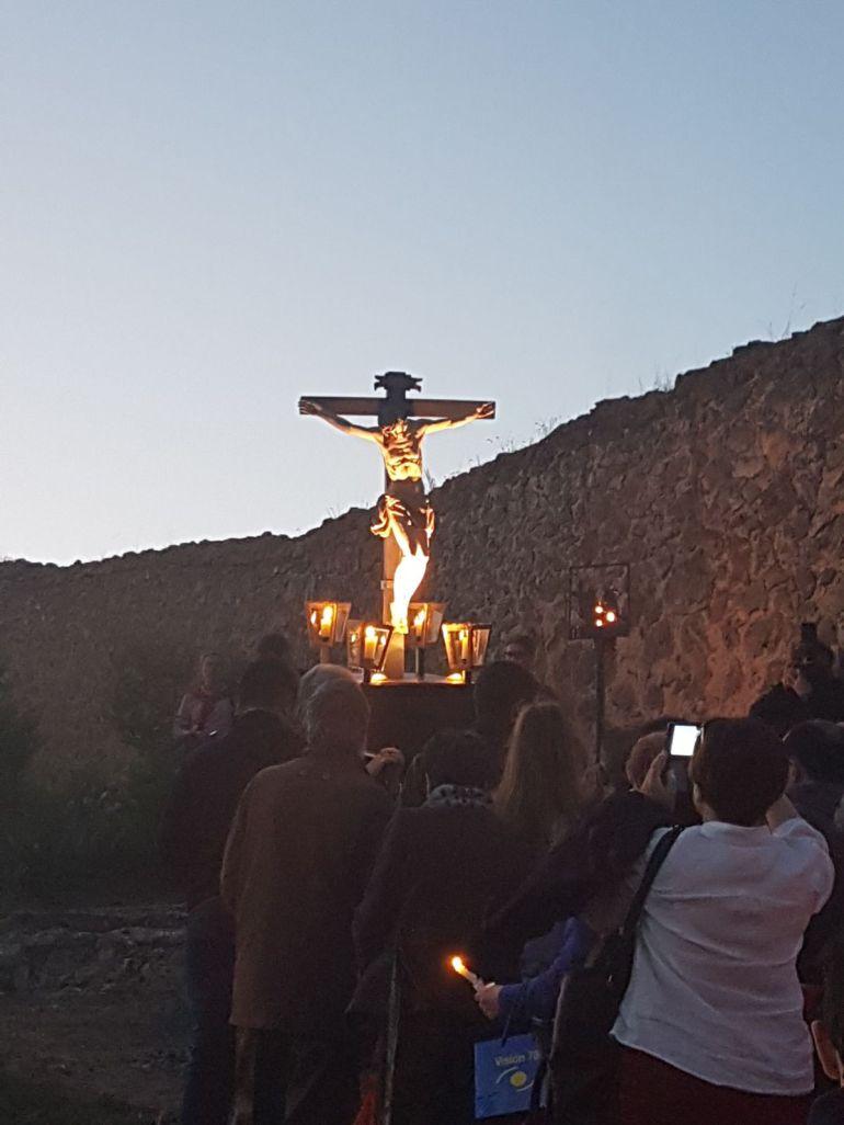 Cientos de devotos han acompañado al Cristo de la Buena Muerte en el Vía Crucis de la Huerta de los PP. Carmelitas.