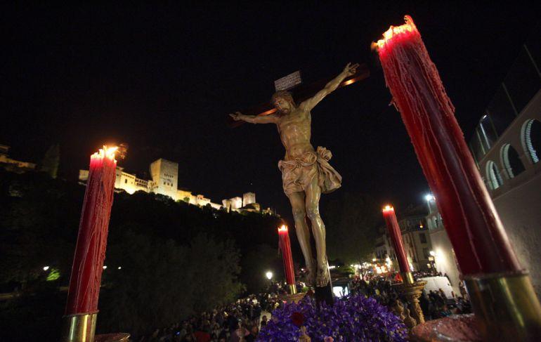 El Cristo del Consuelo, de la Hermandad de los Gitanos, a la altura del Paseo de los Tristes
