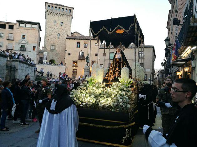 La imagen de la Soledad Dolorosa a su paso por la Iglesia de San Martin a punto de llegar a la Catedral.