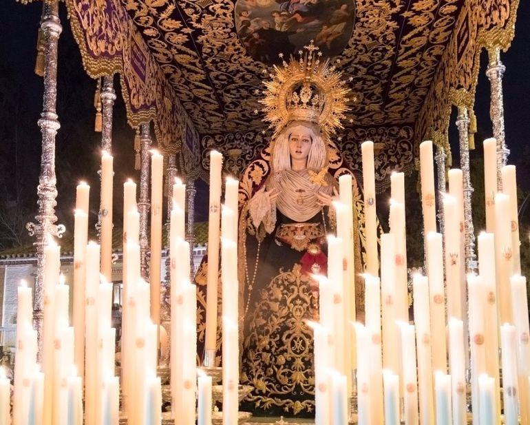 La Virgen del Mayor Dolor es una de las devociones más queridas del Viernes Santo granadino y que procesiona junto a la Hermandad de los Escolapios