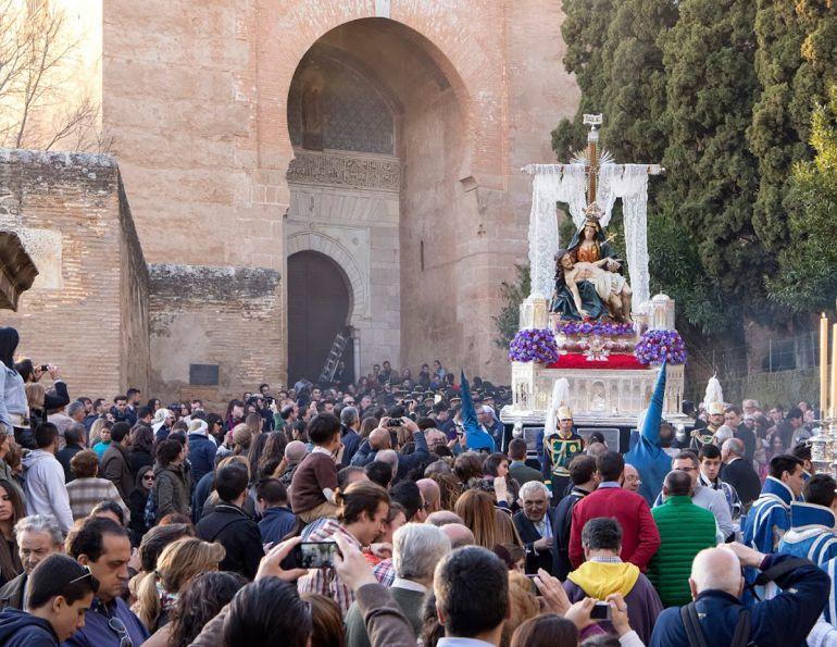 La Virgen de la Alhambra saliendo por la Puerta de la Justicia en la tarde del Sábado Santo