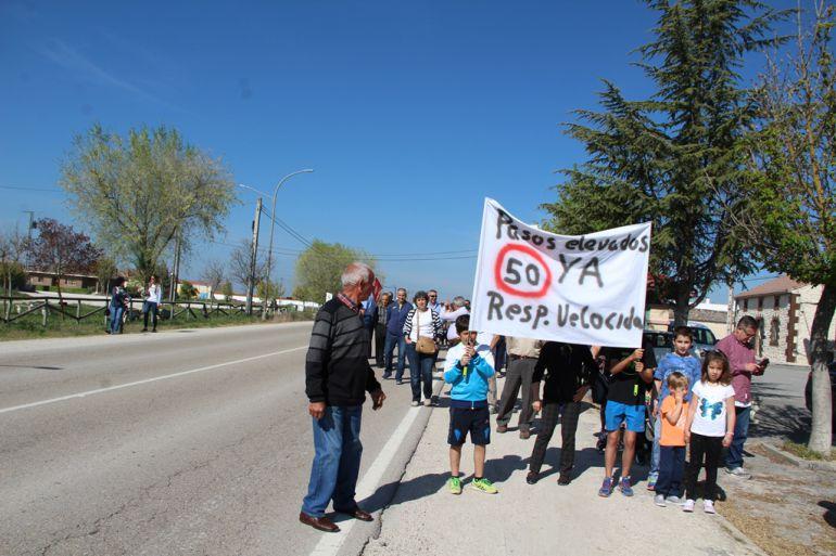 Vecinos de Dehesa Mayor reivindican la instalación de pasos elevados en la carretera SG-205 a su paso por la localidad