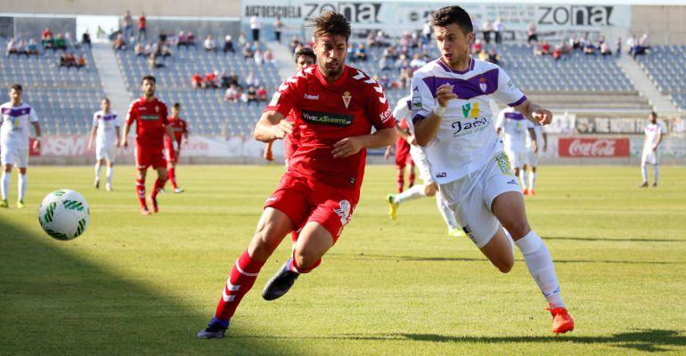 Dos jugadores del Real Murcia y del Real Jaén se disputan el balón durante el partido.