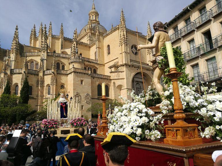Momento en el que se encuentran Cristo Resucitado con la Virgen del Rocío en la Plaza Mayor.