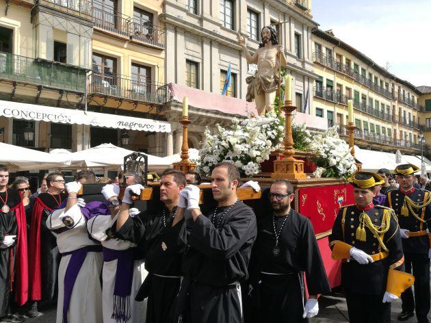 Cargadores de las cofradías portan la imagen del Cristo Resucitado