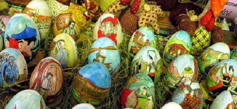 Güevos decorados en unos de los puestos, en Pola de Siero