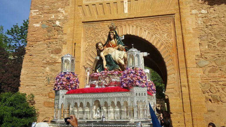 La Virgen de la Alhambra saliendo por la Puerta del Vino, una de las imágenes más representativas de nuestra Semana Santa