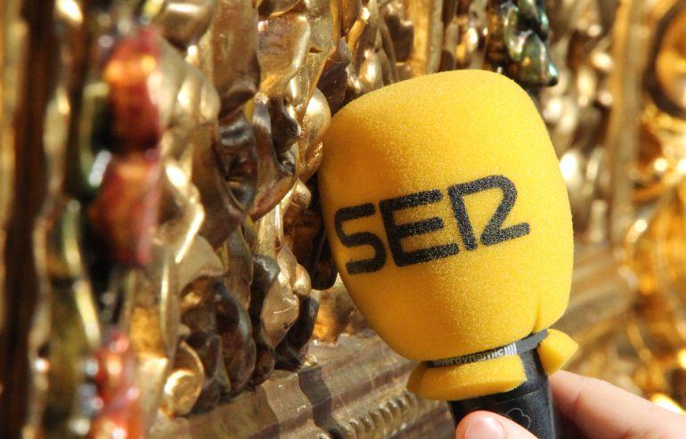 Micrófono de SER Cofrade junto al respiradero de uno de los pasos de nuestra Semana Santa