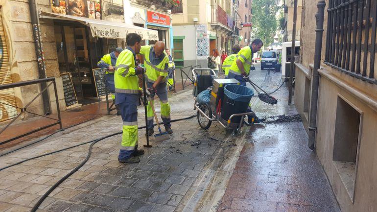 Limpieza de cera este Lunes de Pascua en la calle San Matías de Granada tras las procesiones de la Semana Santa