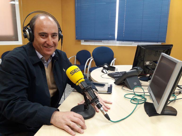 Juan García Montero visita los estudios de Radio Granada.