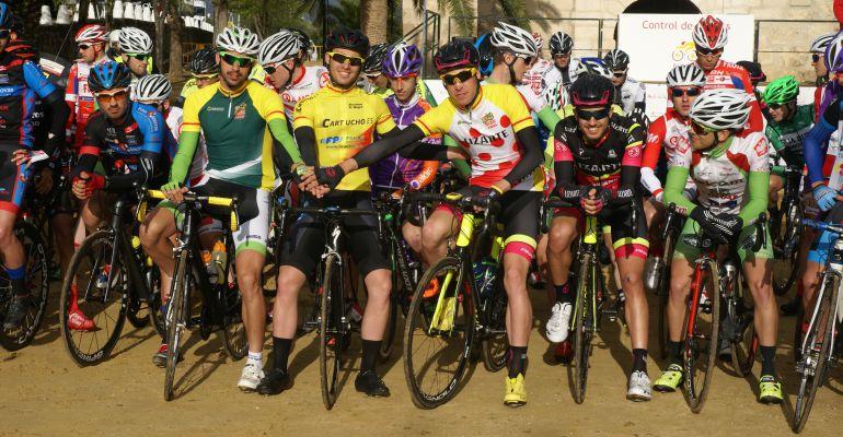 Ciclistas durante la participación de la Clásica de Torredonjimeno.