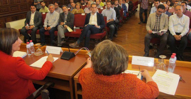 Alcaldes y alcaldesas de la provincia durante la reunión del consejo en la Diputación.