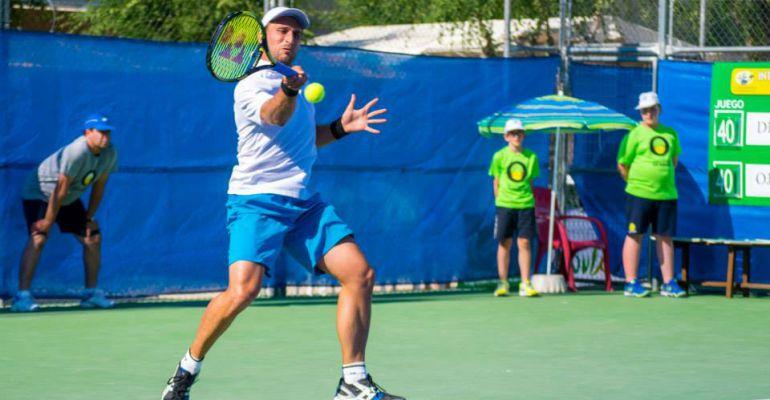 Un tenista juega durante un partido.