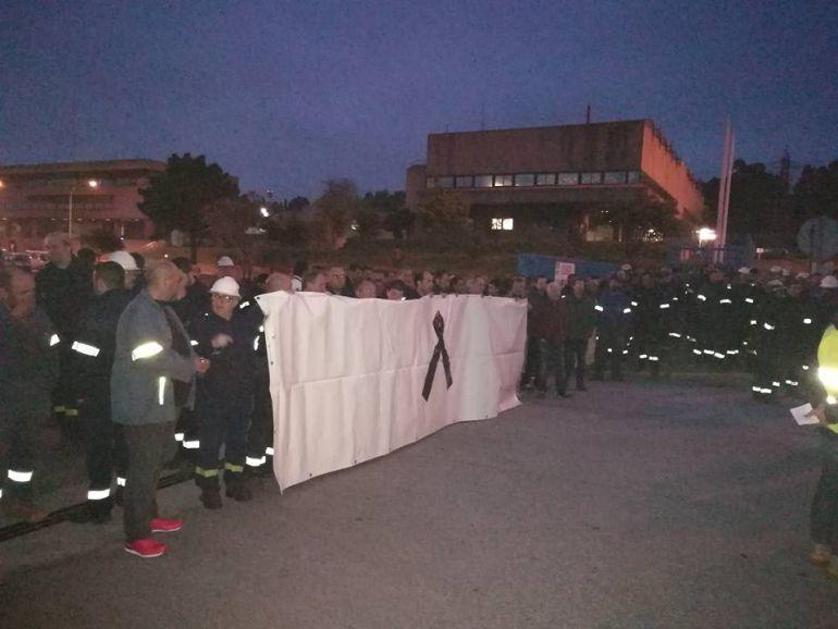 Trabajadores a las puertas de la fábrica de Alcoa en Cervo, Lugo, en una protesta reciente por el fallecimiento de un trabajador de una auxiliar.