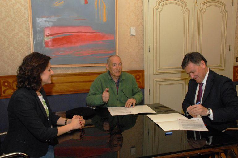 Firma del acuerdo entre la Diputación y el festival de títeres Titirimundi
