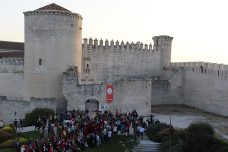 El público se congrega junto al castillo de Cuéllar para contemplar la salida del Cristo de San Gil desde la fortaleza en la procesión de Jueves Santo