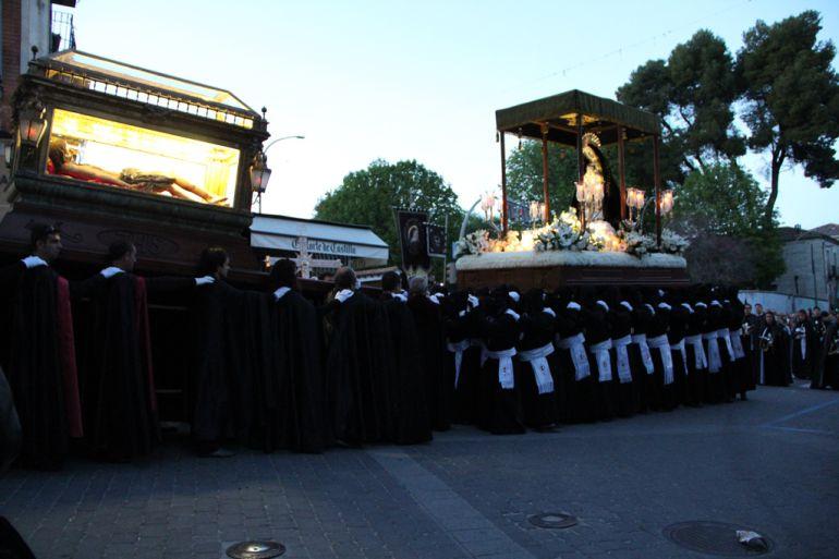 Los portadores de la Virgen de la Soledad realizan el tradicional saludo al Cristo Yacente en la procesión de Viernes Santo en Cuéllar