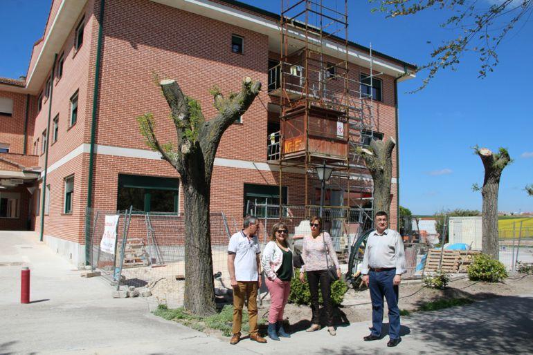 Los concejales de cultura y patrimonio, Sonia Martín y Luis Senovilla, observan las obras junto con la directora de la residencia Charo Cachorro y el representante de Cáritas