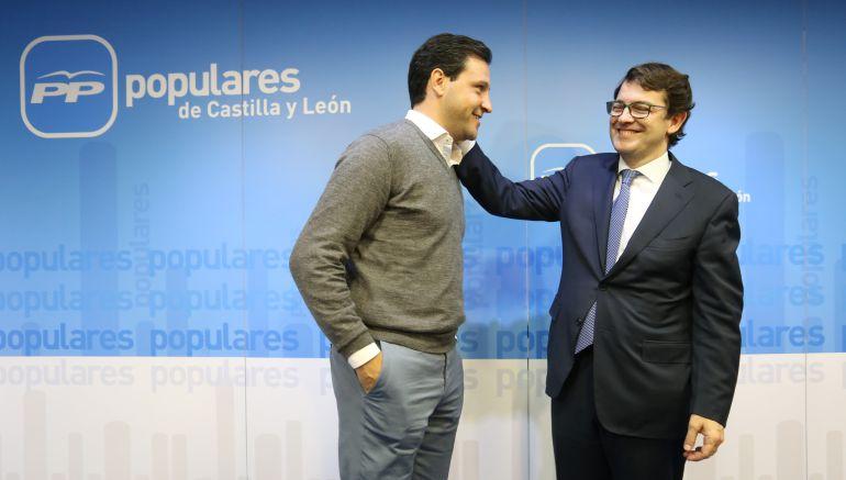 El presidente del PP saluda al nuevo portavoz de las Cortes de Castilla y León, Raúl de la Hoz