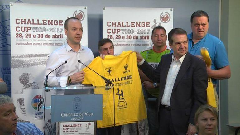 Chechu Beiro, presidente del Amfiv, y Abel Caballero, alcalde de Vigo, en la presentación de la Challenge Cup de baloncesto.