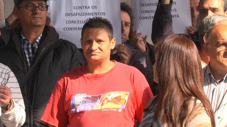Juan, acompañado por miembros de la FAVEC ante el juzgado