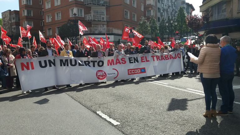 Nueva concentración de los sindicatos CCOO y UGT contra la siniestralidad laboral con motivo del último accidente laboral con resultado de muerte en Asturias, que costó la vida a un trabajador en Avilés.