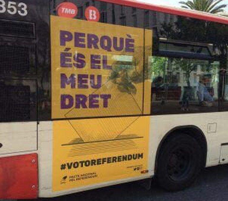 La imatge d'un bus amb la publicitat del referèndum que ha pulicat al seu compte de Twitter la regidora de Ciutadans