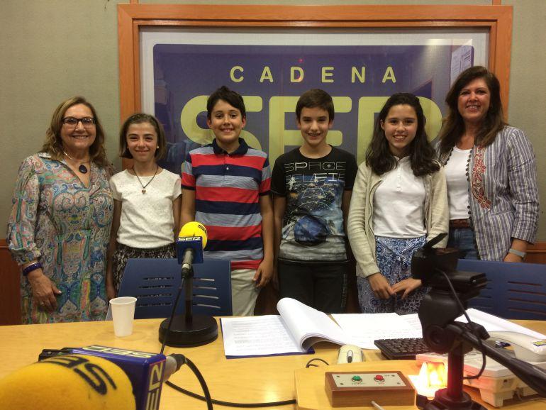 Belén Fernández y María del Mar Vera, con: Elena, Aitor, Víctor y Dounia, los alumnos y alumnas participantes del CEIP Salvador Vinuesa