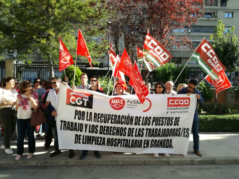Concentración de las limpiadoras de los hospitales de Granada ante la Delegación de Salud de la Junta