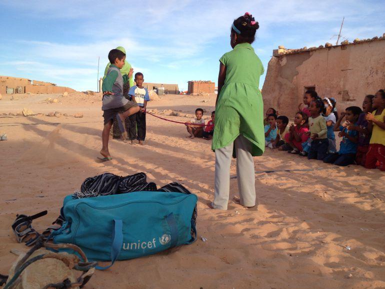 Niños saharauis juegan en el campamento de Tinduf.