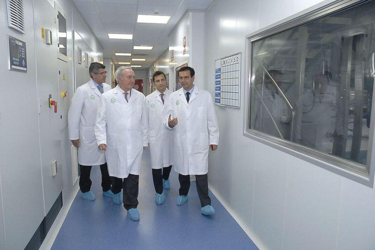 El alcalde de Granada visita los laboratorios de ROVI en el PTS