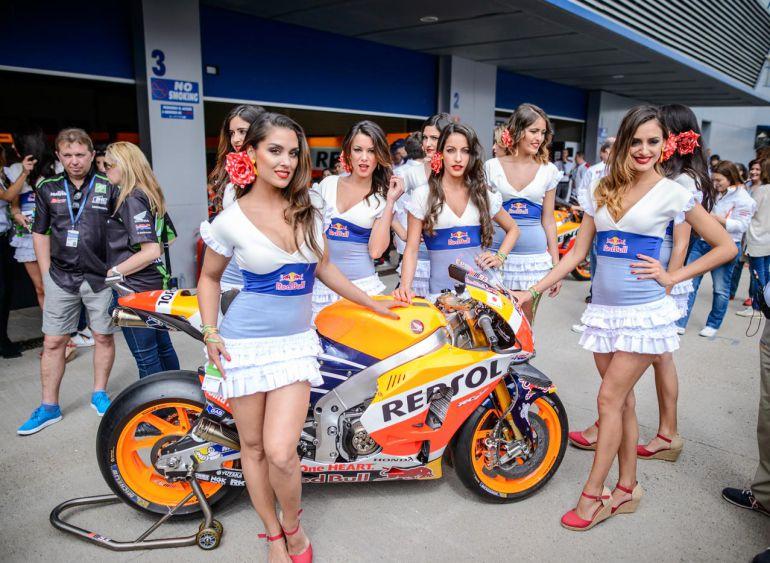 Imagen de azafatas de Redbull en el paddock del Circuito de Jerez